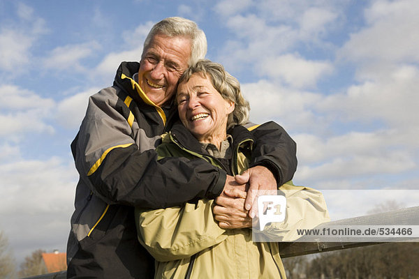 Senior Paar  Mann umarmt Frau