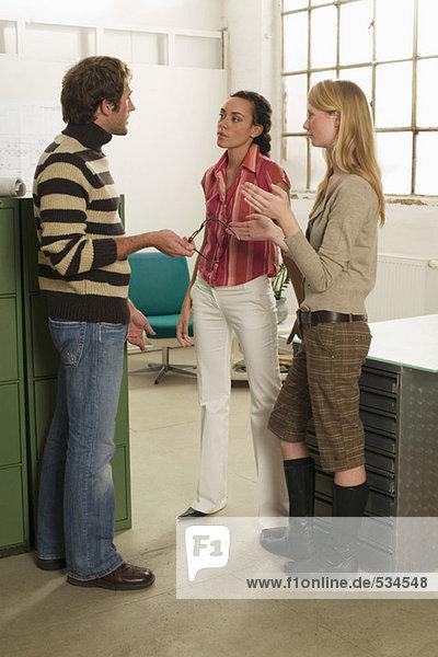 Drei junge Leute im Amt