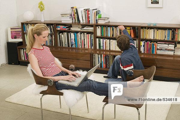 Junges Paar  Frau auf Stuhl sitzend