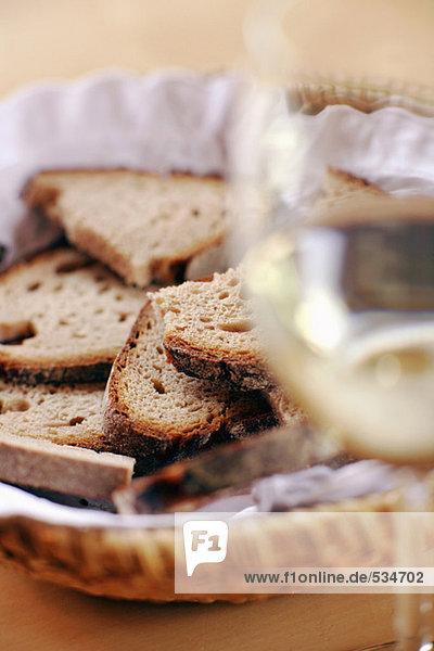 Brotkorb und Glas Wein