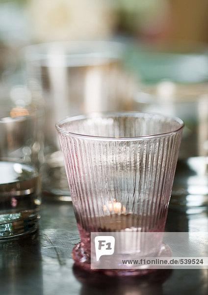 Glas des Wassers auf Tabelle
