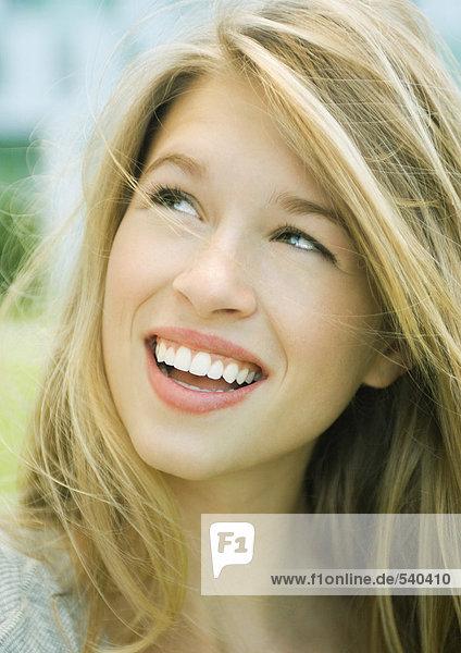 Frau lächelnd und Nachschlagen  portrait