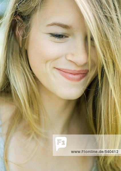 Junge Frau lächelnd  Haar mit einem Auge  portrait