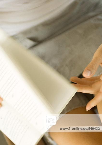 Frau drehen Seiten des Buches  Teilansicht Frau drehen Seiten des Buches, Teilansicht