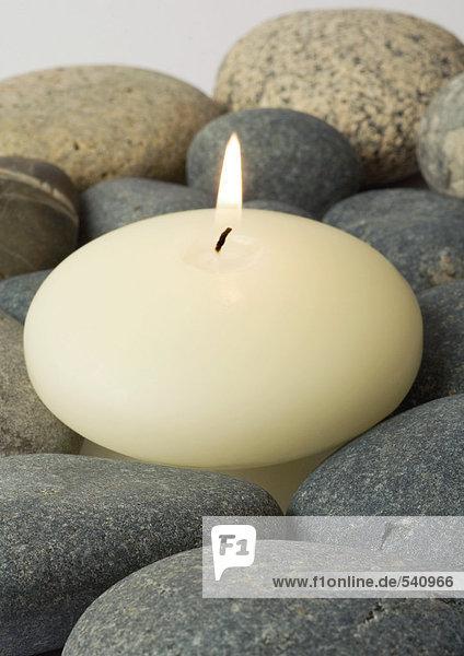 Kerze brennen  auf Steinen