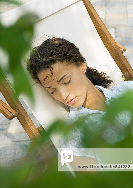 Frau schlafen im Liegestuhl Frau schlafen im Liegestuhl