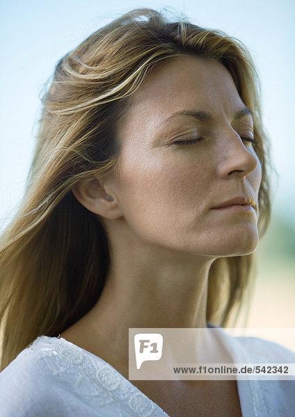 Frau  Augen geschlossen  portrait