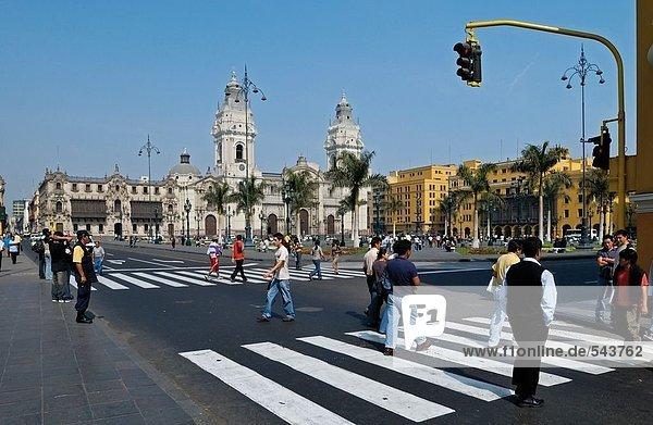Menschen zu Fuß auf Zebrastreifen  Plaza-De-Armas  Lima  Lima Provinz  Region Lima  Peru