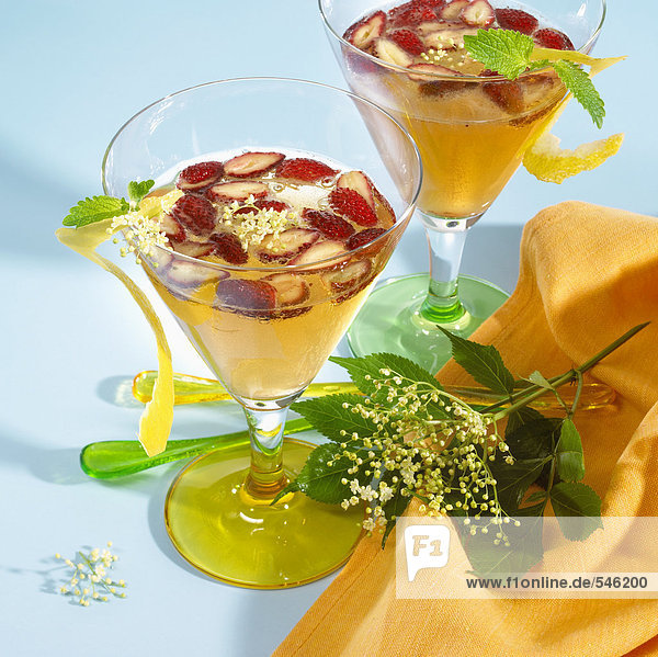 Erdbeer-Hollunder-Bowle in zwei Gläsern