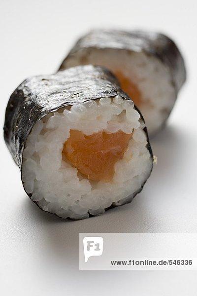 Zwei Maki-Sushi mit Lachs