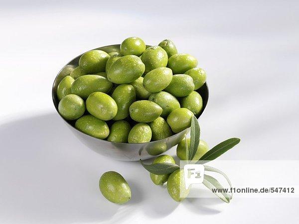 Frische grüne Oliven in einer Schüssel