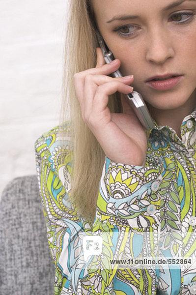 Headshot besorgt jungen Frau Gespräch auf Handy