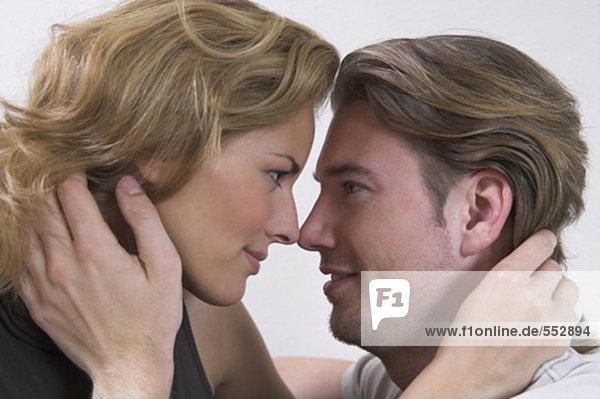 Headshot jungen Paares zärtlich Blick auf einander