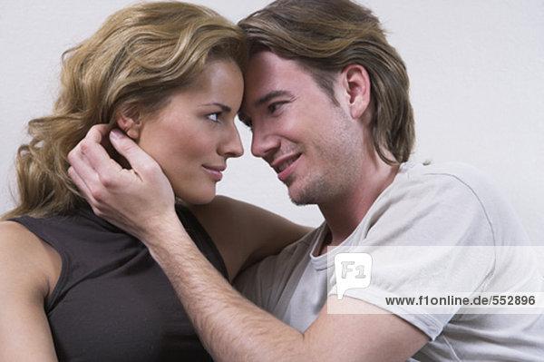 Porträt jungen Paares zärtlich Blick auf einander