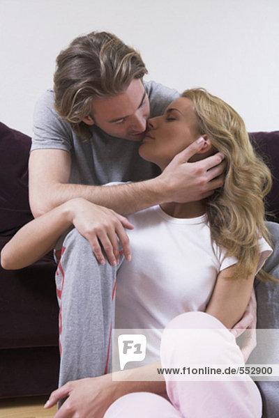 junges paar zu küssen