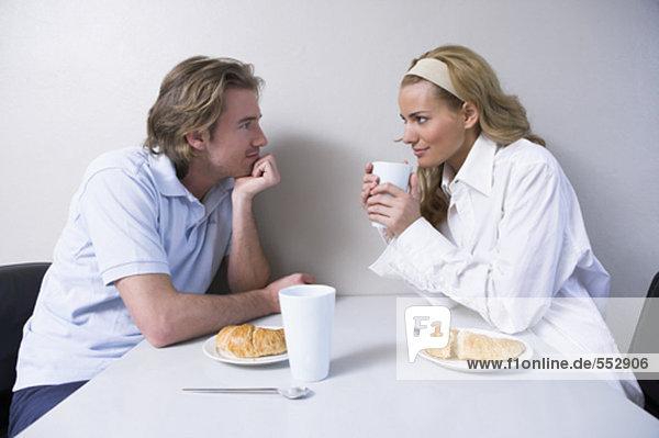 junges paar dem Frühstück zusammen