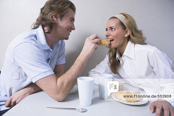 junges paar dem Frühstück Mann Ernährung Frau croissant