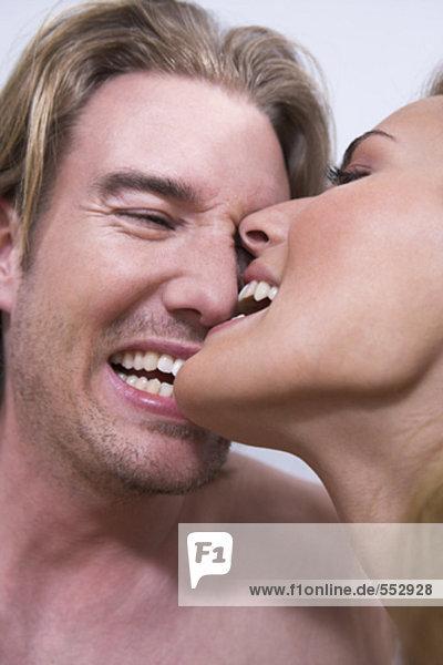 Headshot jungen Paares Spaß zusammen versuchen zu einander beißen