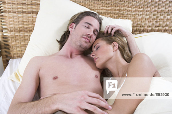 junges paar schlafen im Bett einander Trost