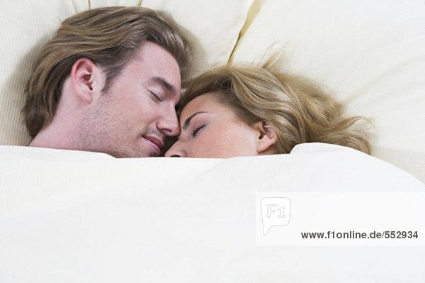 Headshot jungen Paares eng miteinander schliefen im Bett