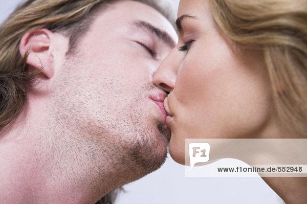 Nahaufnahme des jungen Paares küssen einander