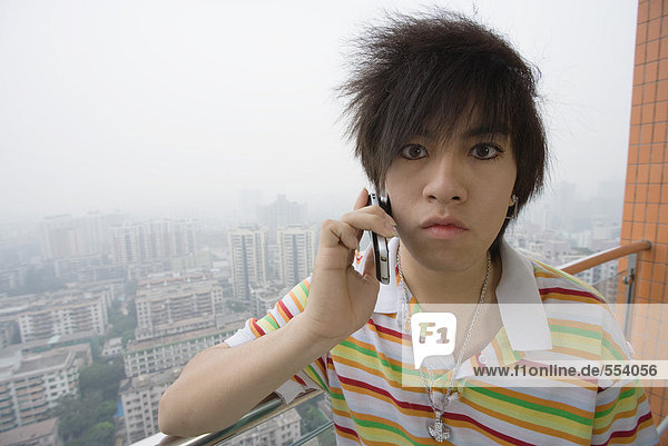 Junger Mann mit Handy