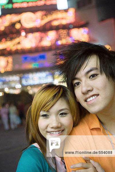 Junges Paar  Neonröhren im Hintergrund  Portrait