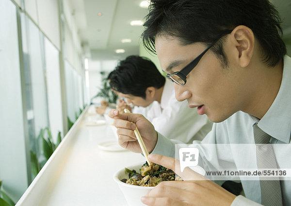 Geschäftsleute beim Essen in der Cafeteria