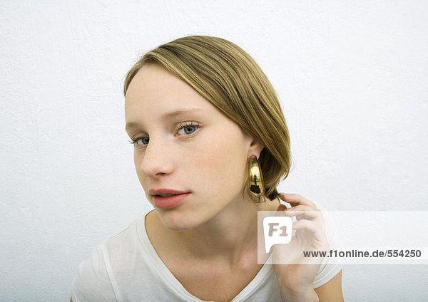 Teenager Mädchen mit Ohrring mit Blick auf die Kamera