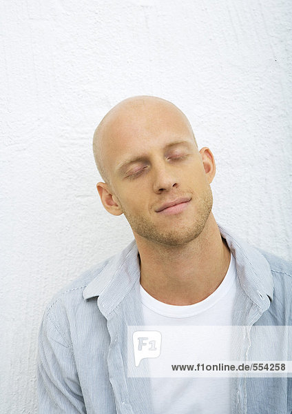 Junger Mann mit geschlossenen Augen  Portrait