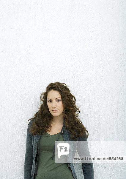 Junge Frau  Blick in die Kamera  Porträt  weißer Hintergrund
