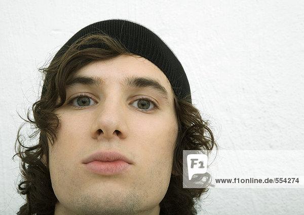 Junger Mann mit Strickmütze  Nahaufnahme Gesicht  Porträt