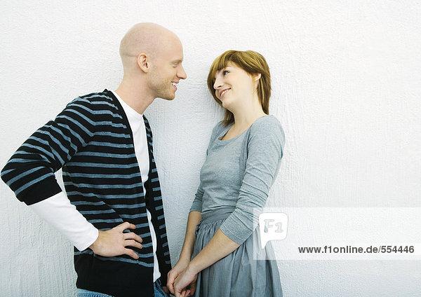 Junges Paar im Gespräch  Seitenansicht