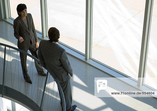 Geschäftsfreunde im Chat  hohe Blickwinkel