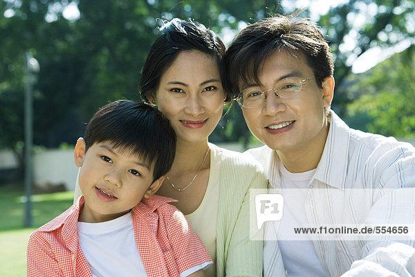 Familie  lächelnd vor der Kamera  Porträt