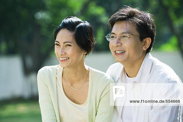 Paar lächelnd  aus dem Rahmen schauend  Portrait