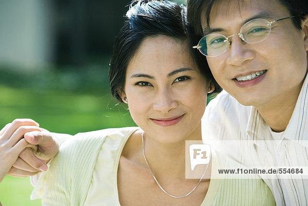 Paar  lächelnd vor der Kamera  Porträt