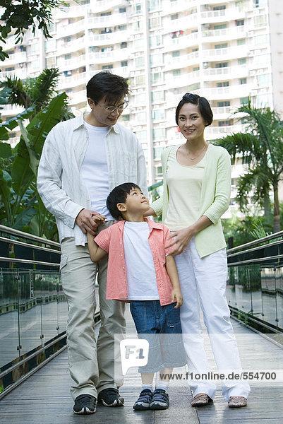 Familie stehend auf Steg  Portrait
