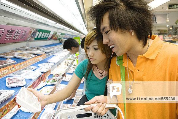Teenager-Pärchen beim Einkaufen im Lebensmittelgeschäft