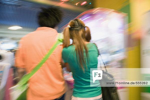 Teenager-Paar zu Fuß in der Videospiel-Arcade