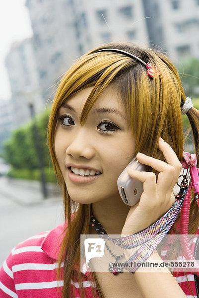 Teenager Mädchen mit Handy