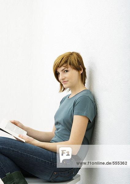 Junge Frau sitzend mit Buch  Portrait