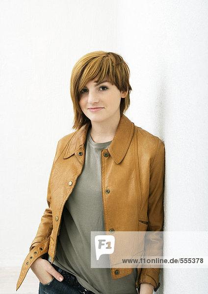 Junge Frau stehend mit der Hand in der Tasche  Portrait