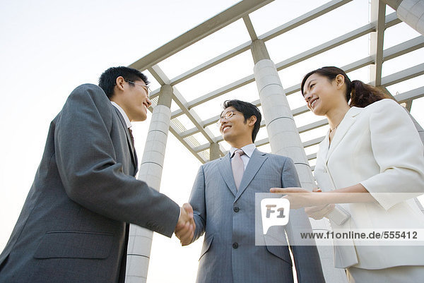 Geschäftsleute werden vorgestellt  Blickwinkel niedrig