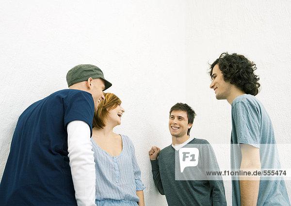 Gruppe junger erwachsener Freunde in der Gruppe stehend  lachend