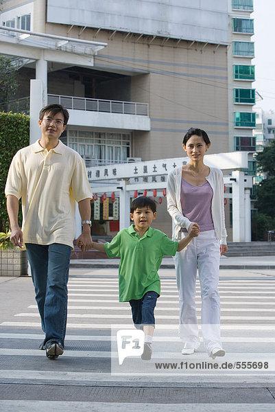 Familienübergang  Händchen haltend