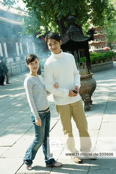 Paar steht in der Nähe des Tempels  volle Länge  Blick auf die Kamera