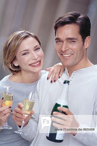 Paar Champagner trinken