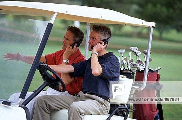 Zwei Männer im Golf-cart