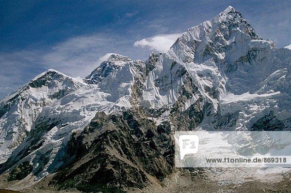 Mount Everest (Mitte) und Nuptse (rechts). Himalaya. Nepal